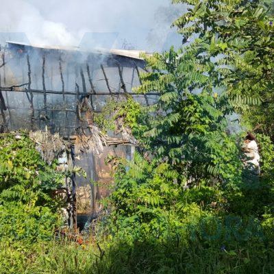 Arde en llamas vivienda abandonada: se queman cajas de plástico