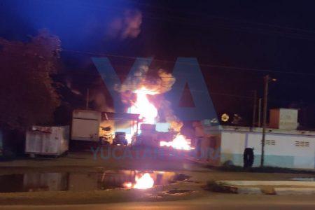 Espectacular incendio nocturno en una llantera de la carretera Mérida-Umán