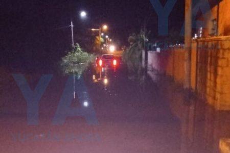 Se atasca camioneta en inundada calle de Motul: el agua alcanza más de un metro