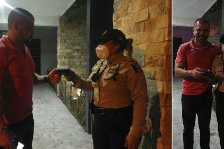 Mujer oficial de la SSP encuentra cartera y conduce hasta el domicilio para devolverla