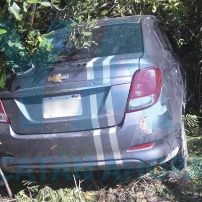 Auto acaba entre los manglares de la carretera Chelem-Mérida