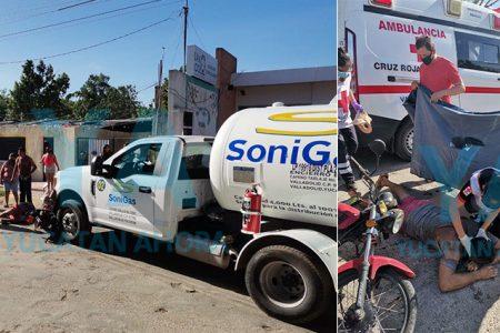 Pipa de gas invade el carril de un motociclista y lo atropella