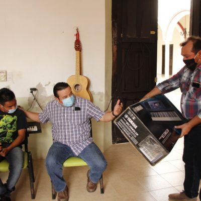Donan un teclado a talentoso joven de Espita: podrá cumplir su sueño musical