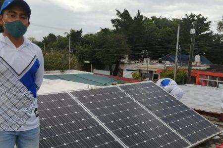 Sustituyó sus paneles solares y los donó a una fundación de niños desamparados