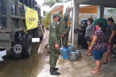 El Ejército distribuye comida y agua a damnificados del huracán Delta en Yucatán