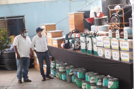 Tras los ciclones, Mauricio Vila reanuda la entrega de apoyos de Peso a Peso