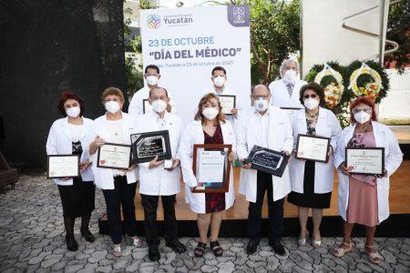 Premian en su día a médicos destacados de Yucatán