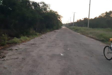 Arroja vidrios rotos a la carretera: no quiere que pasen pipas que desaguan las comisarías