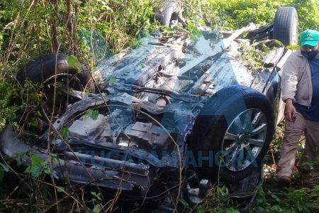 """Por piso mojado, conductor de Puebla hace """"camote"""" su Mazda en autopista"""