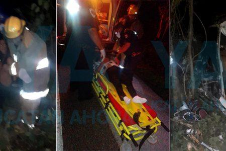 Rescatan a madre e hija tras sufrir aparatosa volcadura