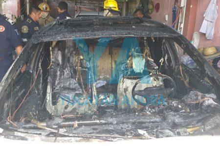 Pierde su auto al incendiarse en su cochera