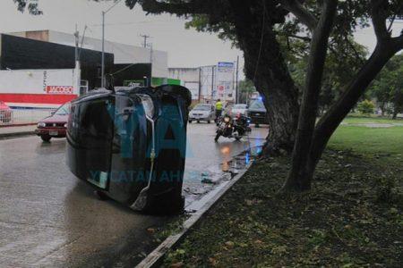 Mañanero y accidentado lunes lluvioso: vuelca en la calle 60