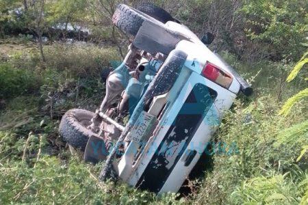 Termina volcado, por una falla mecánica en su camioneta