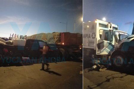 Tráiler invade carril y provoca carambola de cuatro vehículos