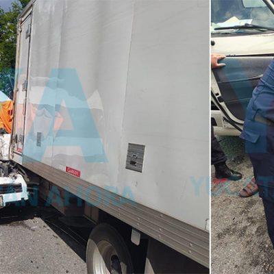 Rescatan a conductor prensado que invadió carril y colisionó contra un camión