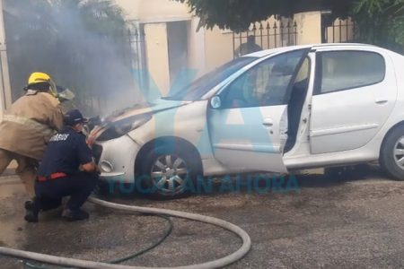 Arranca su auto, hace cortocircuito y se incendia