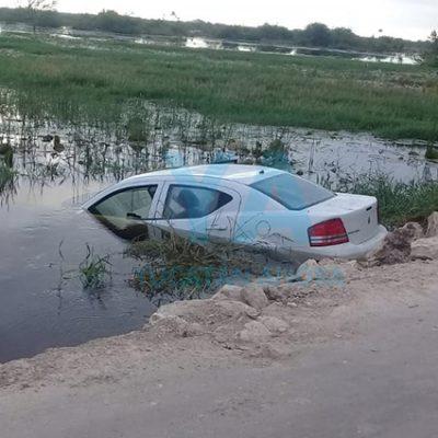 Abandonan un auto hundido en una ciénega