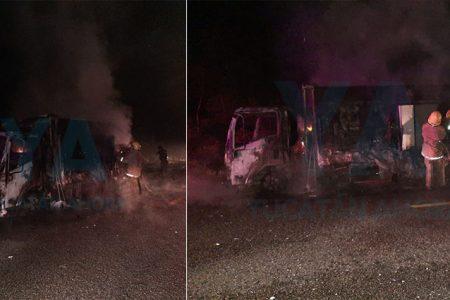 Se incendia una camioneta con helados mientras era remolcada por una grúa
