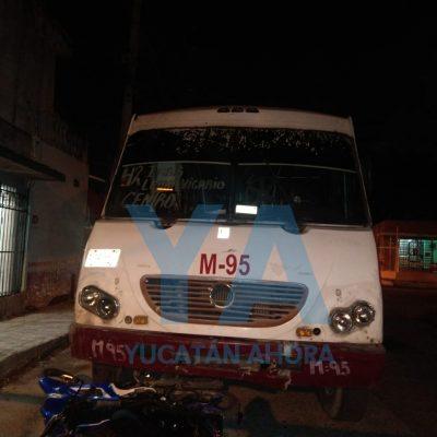 Motocicleta acaba debajo de las llantas de un autobús: dos jóvenes lesionados