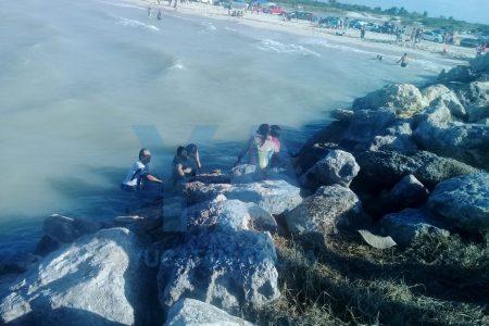 Rescatan a familia que se estaba ahogando en el playón de Chuburná Puerto