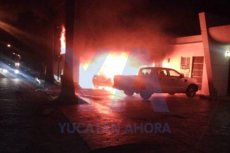 Se quema un BMW en una privada de Mérida