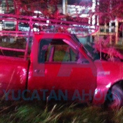 Huye tras accidentarse con su camioneta en el Periférico