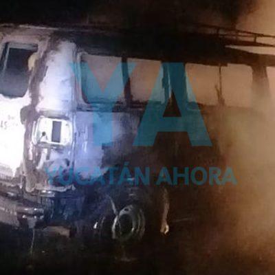 Incendio consume un taxi en la Mérida-Muna