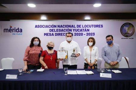 Asociación Nacional de Locutores de México entrega 'Micrófono de Oro' al alcalde
