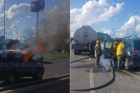 A cubetazos, vecinos de Ciudad Caucel combaten incendio de una camioneta