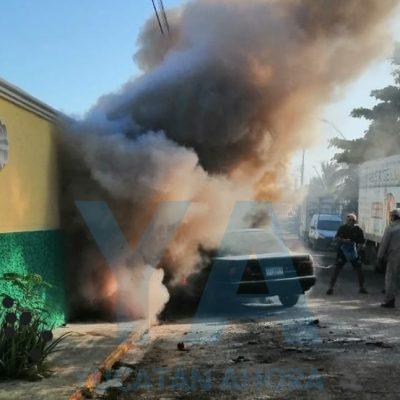 Mucho fuego: se incendia su auto en la entrada de un motel