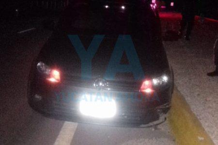 Dormita y se monta en el camellón con un auto con placas de Sinaloa