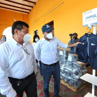 Continúa la distribución de chamarras de 'Impulso Escolar' en Yucatán