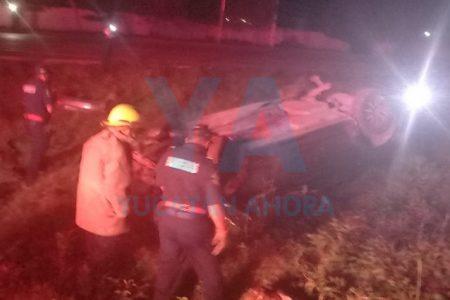 Abandonan un vehículo volcado en la Mérida-Motul
