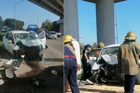 Rescatan a conductora que quedó prensada al chocar en el Periférico