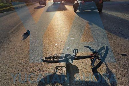 Motociclista manda a volar en el Periférico a un abuelito de 81 años y su bicicleta