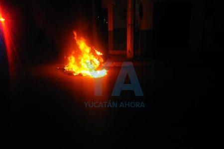 Se quema moto abandonada en la calle