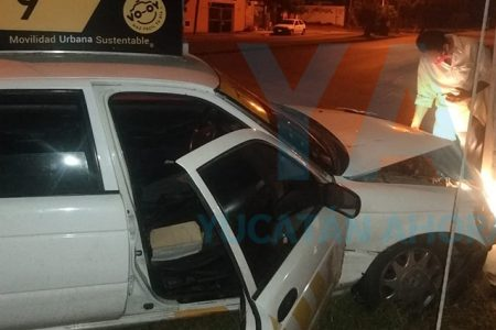 Taxista se duerme y choca contra un poste