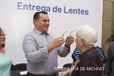 El Ayuntamiento de Mérida entrega lentes a la población más vulnerable