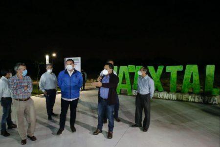Renán Barrera entrega andadores e iluminación en el parque Ya'axtal