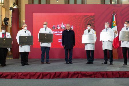 El Presidente AMLO entrega condecoración Miguel Hidalgo a personal médico