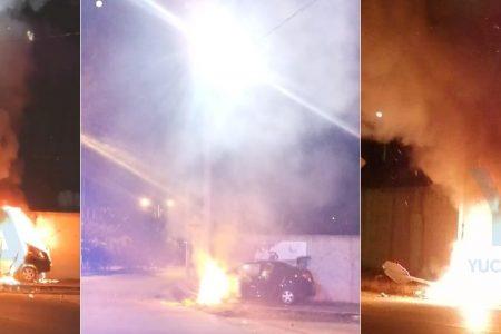 Enfiestado conductor choca contra un poste de CFE y su auto arde en llamas