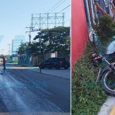Por diésel derramado, auto patina y choca una moto