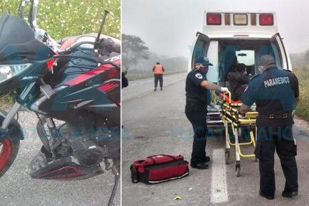 Joven motociclista evita ser chocado, pero derrapa y lo hospitalizan