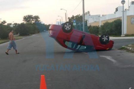 Vuelca y deja abandonado su vehículo en Ciudad Caucel