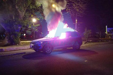 Se quema su camioneta en calles de Pedregales de Tanlum