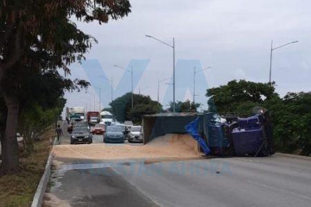 Se accidenta volquete y bloquea carriles del Periférico en puente de la 42 Sur