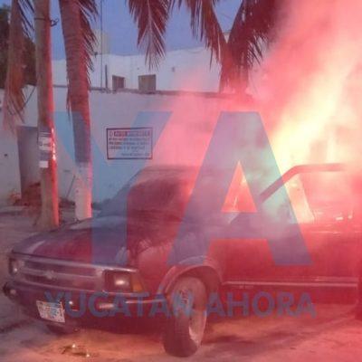 Se quema su camioneta en calles de Francisco de Montejo