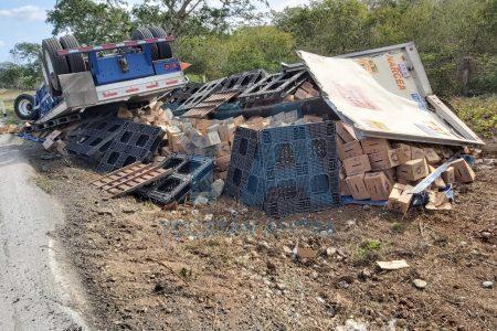 Vuelca remolque con cientos de cerveza, en la carretera Mérida-Campeche
