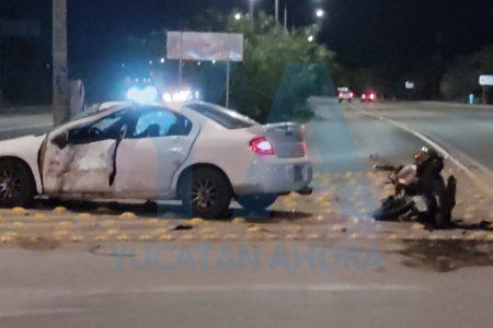 Chocan automóvil y moto en el Periférico, en la entrada de Santa Cruz