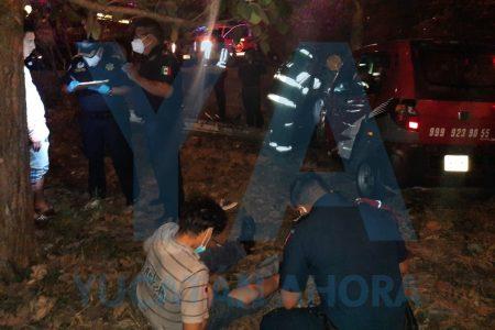 Madrugador joven dormita y se sale del Periférico con su motocarro: dos heridos